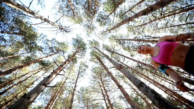 Salto de menina na floresta