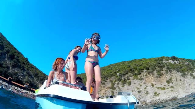Jeune fille sautant du bateau à pédales