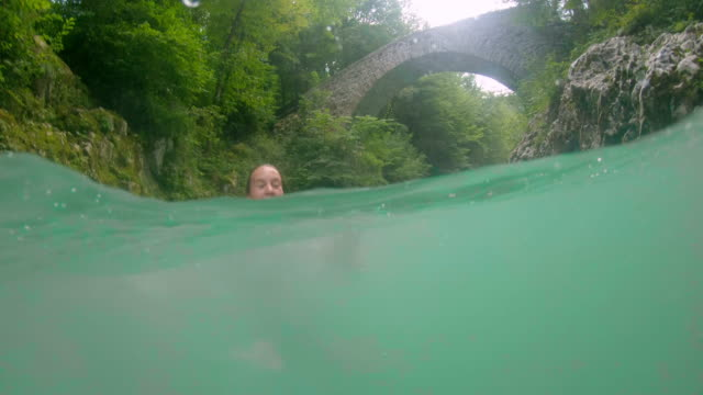 川に飛び込むpov女の子 - 峡谷点の映像素材/bロール