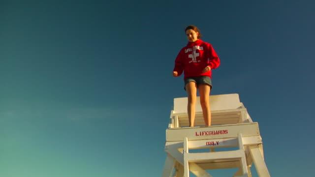 slo mo, ms, la, girl (12-13) jumping off lifeguard chair, provincetown, massachusetts, usa - 12 13 år bildbanksvideor och videomaterial från bakom kulisserna