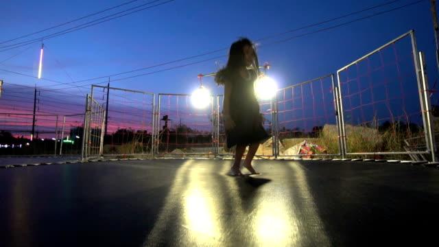 vídeos y material grabado en eventos de stock de niña saltando en el trampolín - alto descripción física