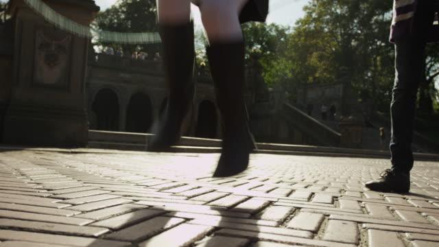 vídeos y material grabado en eventos de stock de slo mo ms girl jumping over skipping rope / new york city, new york state, usa - cuerda de saltar