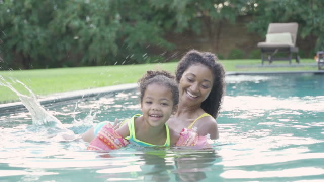 stockvideo's en b-roll-footage met girl learning to swim with mother - onderwijzen