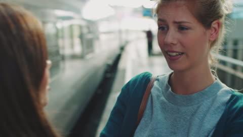 vídeos y material grabado en eventos de stock de chica con tren - separación