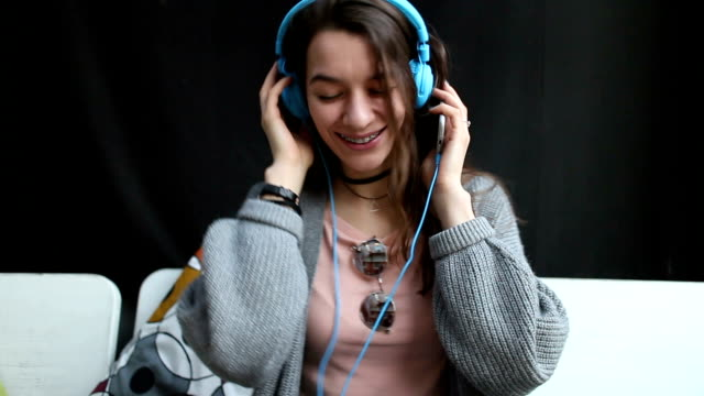girl listening to music - dvd player stock videos & royalty-free footage