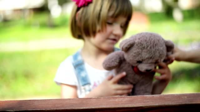 vídeos y material grabado en eventos de stock de niña mirando a la cámara - mano en la barbilla