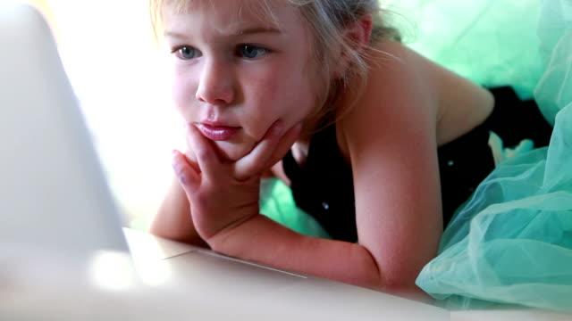 vídeos y material grabado en eventos de stock de cu tu girl (2-3) looking at laptop / lamy, new mexico, usa - mano en la barbilla