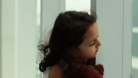vídeos y material grabado en eventos de stock de girl looking sad  - cabello negro