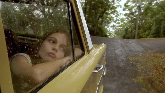 vídeos y material grabado en eventos de stock de cu, girl (10-11) looking through car window in rain, tamborine mountain, brisbane, queensland, australia - aburrimiento