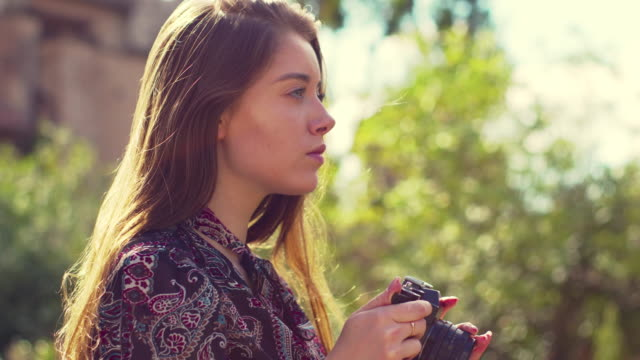 女の子は写真を撮るために風景を見ます - 東ヨーロッパ民族点の映像素材/bロール