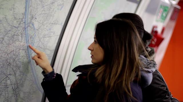 Mädchen sieht in die Karte