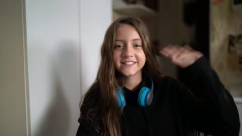 ragazza che fa una videochiamata a casa - punto di vista di una telecamera - webcam video stock e b–roll
