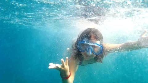 stockvideo's en b-roll-footage met meisje maken van gezichten onderwater - swimwear