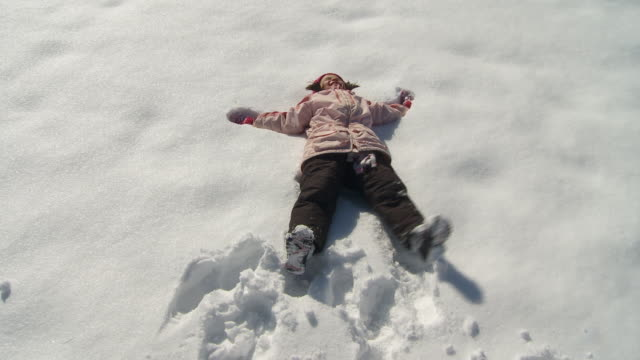 vídeos de stock e filmes b-roll de ws ms ha girl (6-7) making snow angel, richmond, virginia, usa - east asian ethnicity