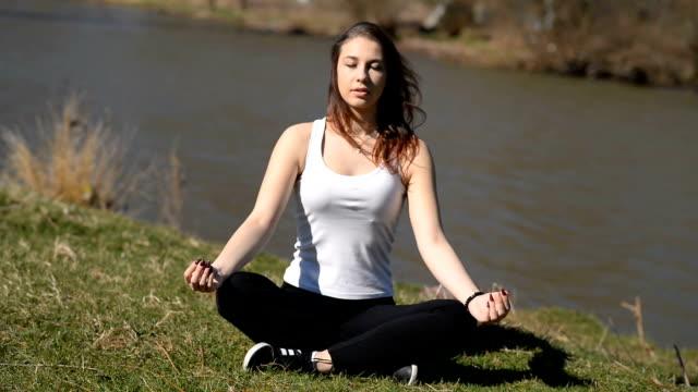 mädchen meditiert - einatmen stock-videos und b-roll-filmmaterial