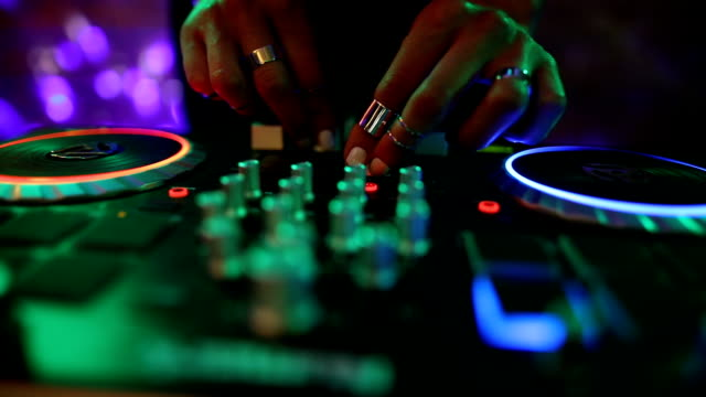 vídeos de stock e filmes b-roll de dj girl mixing modern turntable. dj hands on mixer, dancing and playing music, close up - funky