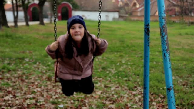 stockvideo's en b-roll-footage met girl on a swing - schommelen bungelen