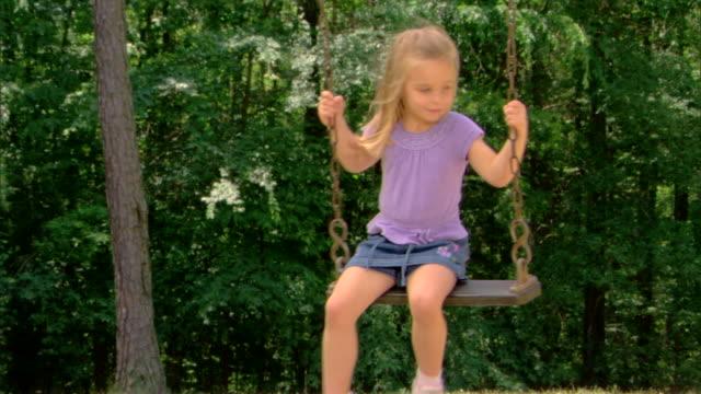 girl on a swing - この撮影のクリップをもっと見る 1428点の映像素材/bロール