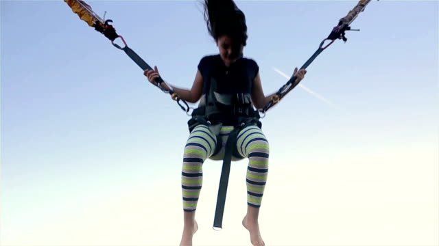 girl on bungee jumping - avventura video stock e b–roll