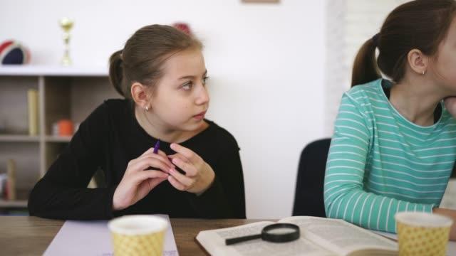 vidéos et rushes de fille sur la classe dans l'école privée - cours de mathématiques