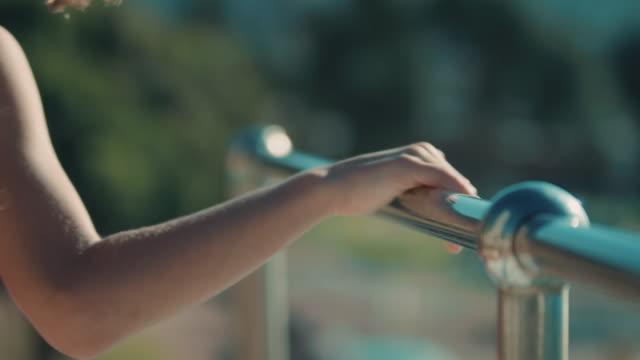 mädchen auf sprungbrett - geländer stock-videos und b-roll-filmmaterial