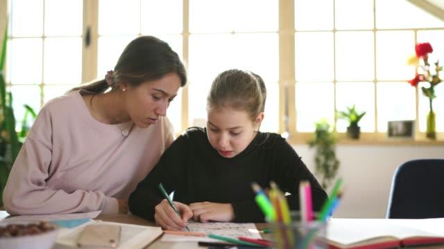 vidéos et rushes de fille sur la classe privée avec le jeune professeur de dame à la maison - cours de mathématiques