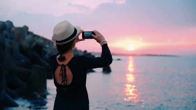 mädchen im sommerurlaub fotografieren - blickwinkel aufnahme stock-videos und b-roll-filmmaterial