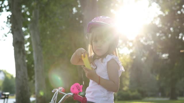 vídeos de stock, filmes e b-roll de menina nas bolhas de sopro da bicicleta - espuma