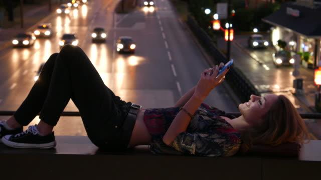 vídeos de stock, filmes e b-roll de menina on-line bancário no smartphone - young women