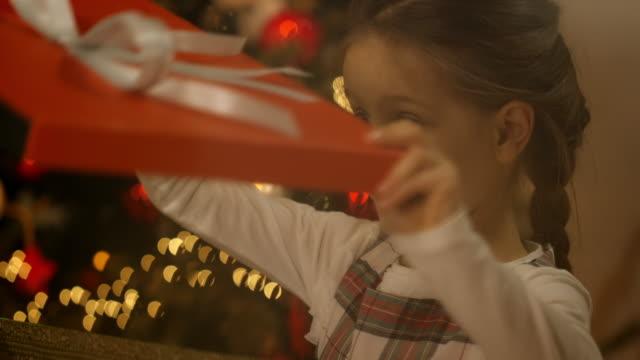 vídeos y material grabado en eventos de stock de chica se regalo de navidad - regalo de navidad