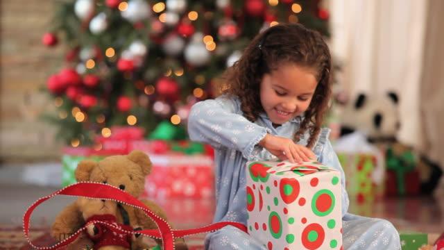 vídeos y material grabado en eventos de stock de ms tu girl (4-5) opening presents on christmas morning / richmond, virginia, usa - regalo de navidad