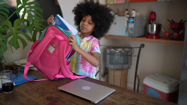 vidéos et rushes de sac à dos et père d'école d'ouverture de fille - 6 7 ans