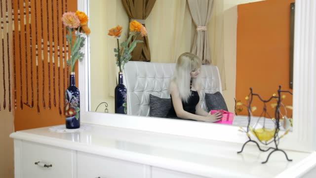 vídeos de stock e filmes b-roll de menina abre-se a caixa de presente-de-rosa - cena de tranquilidade