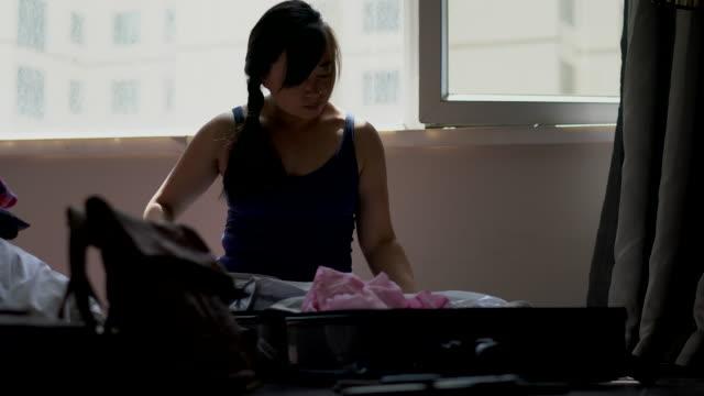 girl packing belongings in hotel - gratuity stock videos & royalty-free footage
