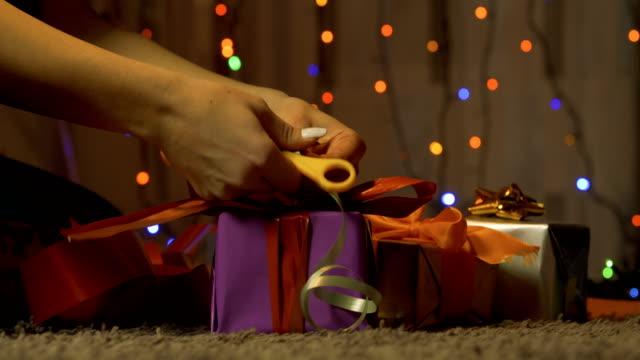 ragazza che impacchetta regali di natale. - altruismo video stock e b–roll