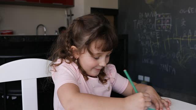 色鉛筆で絵を描く少女 - dia点の映像素材/bロール