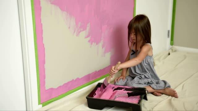 stockvideo's en b-roll-footage met meisje haar slaapkamer roze schilderen - muur