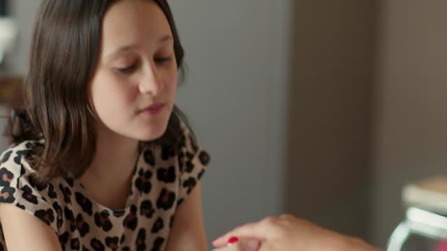 girl painting mother's nails - 10 11 år bildbanksvideor och videomaterial från bakom kulisserna