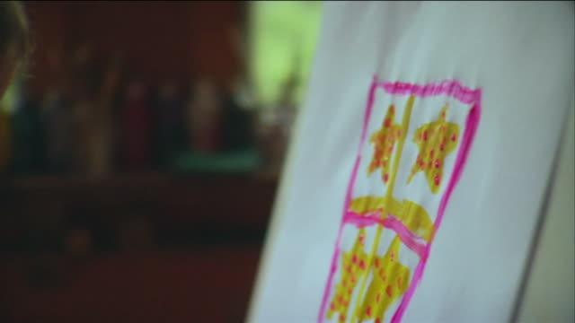 vídeos y material grabado en eventos de stock de cu pan girl painting on paper with paint brush / vinalhaven, maine, usa - caballete equipo de arte y artesanía