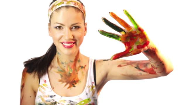 Mädchen Farben Handabdruck in die Kamera.