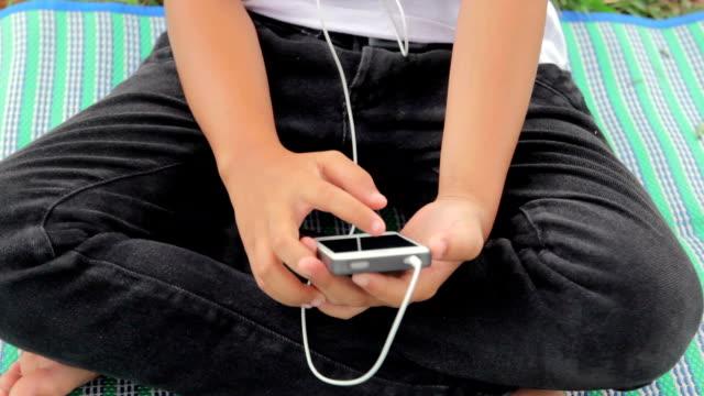 vídeos y material grabado en eventos de stock de teléfono inteligente, chica palying inclinación máxima - articulación humana