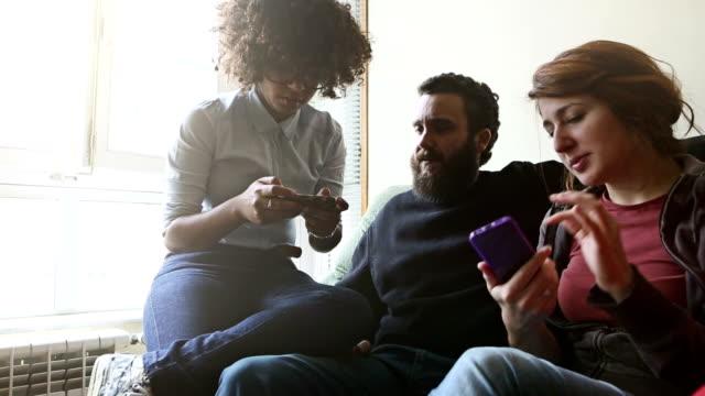 Mädchen Sie ein Bild Ihrer Freundin auf smartphone mit bluetooth