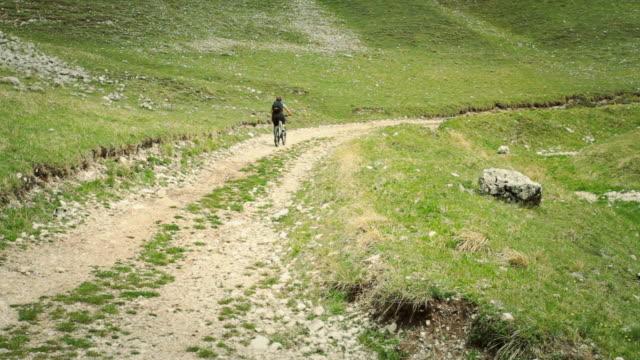 vídeos y material grabado en eventos de stock de girl restando importancia bicicleta de montaña en un camino blanco - sólo una adolescente