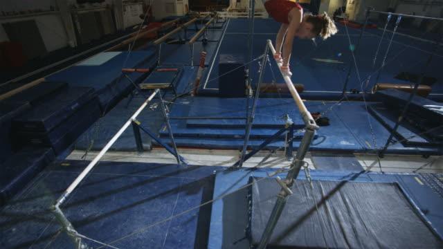 stockvideo's en b-roll-footage met ws girl (12-13) performing gymnastics / lindon, utah, usa.  - gymnastiek