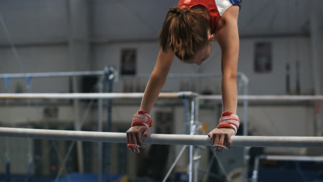 ms girl (12-13) performing gymnastics / lindon, utah, usa.  - sbarra da ginnastica video stock e b–roll