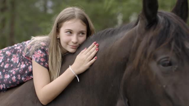 girl petting horse - mit handkamera stock-videos und b-roll-filmmaterial