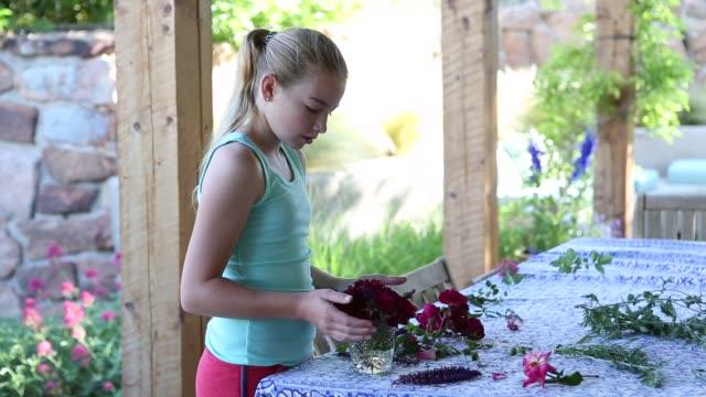 vídeos y material grabado en eventos de stock de girl picking and arranging flowers from her garden - sin mangas