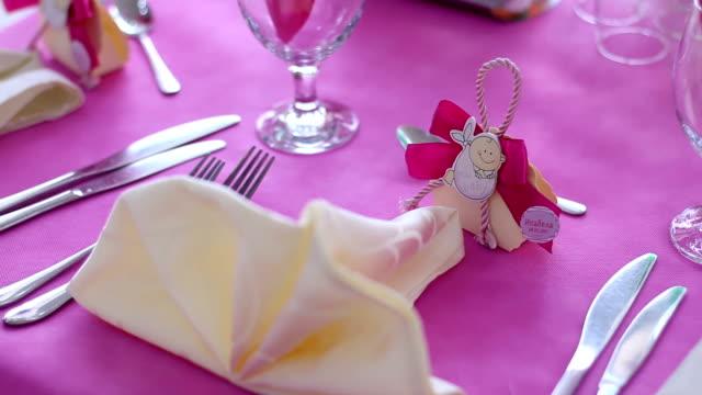 女の子ピンクのテーマのベビー シャワー テーブルの設定 - 赤ちゃんの靴点の映像素材/bロール