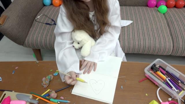 mädchen spielen zeichnung herz - nur mädchen stock-videos und b-roll-filmmaterial