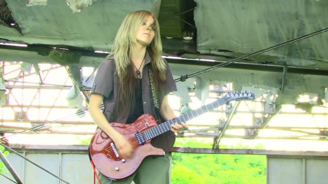 vídeos de stock, filmes e b-roll de menina brincar rock - guitarist